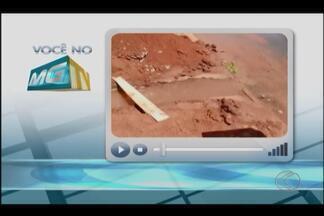 VC no MGTV: Telespectadora registra vazamento de água em bairro de Uberlândia - Dmae informou que recebe diariamente dezenas de solicitações de problemas causados por terceiros e que contratou novos servidores para o atendimento