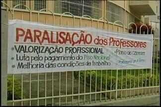 Professores da rede estadual de ensino paralisam aulas em Divinópolis - Segundo o Sindute, dez das 35 escolas aderiram à paralisação.Categoria pede revisão do quadro salarial e reestruturação da carreira.