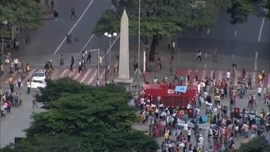 Professores fecham trânsito na Praça Sete, na capital mineira - Nesta terça-feira, eles fizeram uma paralisação.