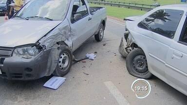 Acidente no Anel Viário deixa três feridos em São José - Três carros e uma moto bateram perto da Prefeitura Municipal.