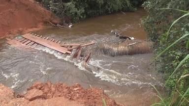 Trecho da BR-307 cede e deixa cidade isolada no interior do Amazonas - Fato ocorreu na madrugada desta terça-feira em São Gabriel da Cachoeira.Militares ajudam no transporte da população de um lado a outro da pista.