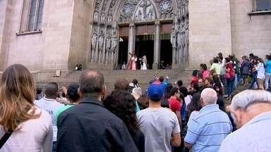 Encenação da Paixão de Cristo reúne centenas de fiéis na Catedral da Sé - Os fiéis lotaram a Catedral da sé para celebrar a Paixão de Cristo.