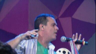 Ricardo Chaves se apresenta no programa Altas Horas - Cantor coloca o público para dançar ao som de 'É o bicho'