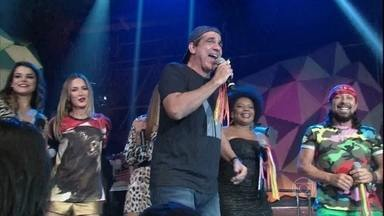 Durval Lelys transforma Altas Horas em um carnaval fora de época - Cantor se apresenta no especial em homenagem ao axé music