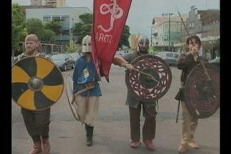 Grupos étnicos desfilam pelas ruas de Ijuí, RS, neste sábado(04) - Evento faz parte da programação da Folk Dance.