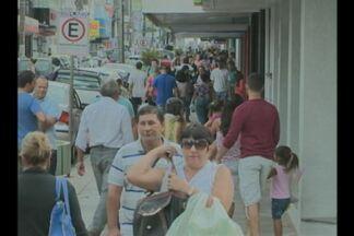 Véspera de páscoa tem comércio lotado em Cruz Alta, RS - Consumidores que deixaram as compras para a última hora encararam longas filas.