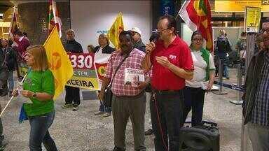Centrais sindicais protestam contra projeto de regulamentação da terceirização - Manifestação pacífica ocorreu no Aeroporto Salgado Filho e seguiu até à Assembleia Legislativa.