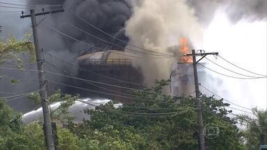 Caminhoneiros ficam parados por causa de incêndio em Santos (SP) - Na quarta-feira (8), por alguns momentos, parecia que as chamas estavam controladas, mas depois o incêndio voltou com força. Durante a noite, um grupo de caminhões foi autorizado a descarregar a mercadoria no porto.