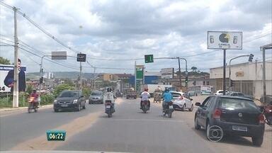 Antigo trecho da BR-232 é perigo para motoristas e pedestres - Rodovia cruza o município de Vitória de Santo Antão.