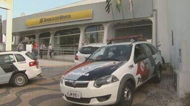 Agência bancária é assaltada em Campinas - Os assaltantes entraram no local com os clientes lá dentro.