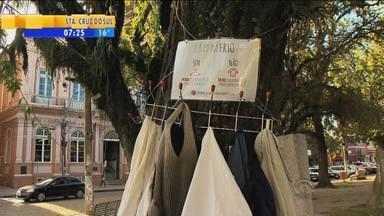 Grupo de jovens promove a doação de casaco em Pelotas, RS - A ideia do cabide é de estimular a doação.