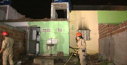 Duas crianças morrem em incêndio dentro de casa em João Pessoa - As irmãs de 8 e 9 anos morreram abraçadas.