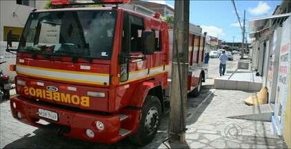 Incêndio destruiu quarto onde estavam duas pessoas em Mangabeira, em João Pessoa - As duas pessoas conseguiram sair do quarto e pedir ajuda.