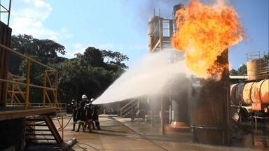 Simulação mostra motivo da dificuldade para apagar chamas em Santos - Os bombeiros usaram milhões de litros de água, além de produtos químicos especiais. As imagens exclusivas mostram o incêndio que durou nove dias.