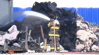 Indústria que produz forro para carros pega fogo em Porto Feliz - Um incêndio atingiu uma indústria que produz forro para automóveis no fim de semana, em Porto Feliz (SP). Os bombeiros levaram mais de dez horas para controlar as chamas.