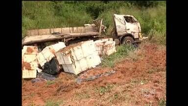 Um caminhão capotou na BR-222 - Um caminhão capotou na BR-222. O motorista sofreu ferimentos leves.