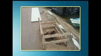 Buraco no cais de arrimo na Avenida Tapajós preocupa quem passa pelo local - Uma proteção de madeira foi feita ao redor do buraco para evitar acidentes.