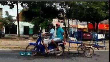 Bom Dia flagra transporte irregular na Avenida Raul Barbosa, de Fortaleza - Homem dirige motocicleta de chinelos com outro sem capacete na garupa.