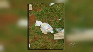 Luvas sujas de sangue são achadas jogadas próximo a posto de saúde de Goiânia - Lixo hospitalar foi encontrado jogado nas proximidades do Centro de Assistência Integral à Saúde (Cais) Cândida de Moraes.