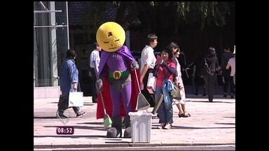 'Herói do lixo' limpa ruas do Japão - Conhecido como 'Lua Cheia', ele anda fantasiado e ninguém conhece sua identidade