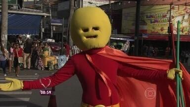 Versão brasileira de 'Herói do lixo' anda pelo Rio de Janeiro - 'Aiki-solzão' faz apelo à população brasileira: 'Parede jogar lixo no chão'