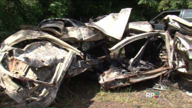 Acidente de carro deixa dois mortos - Colisão ocorreu na PR-585, em Cascavel.