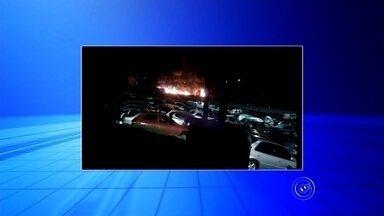 Pátio de guincho em Sorocaba pega fogo no fim de semana - Um incêndio atingiu veículos do pátio de um guincho em Sorocaba (SP), na madrugada deste domingo (12). De acordo com a empresa, o fogo começou por volta das 3 horas no terreno, que fica às margens da rodovia Raposo Tavares.