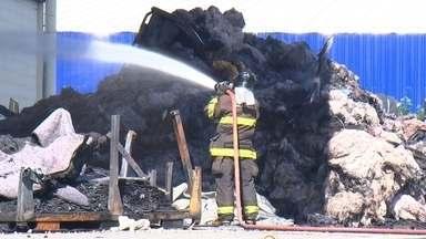 Indústria de forros automotivos pega fogo em Porto Feliz - Um incêndio atingiu uma indústria que produz forro para automóveis no fim de semana, em Porto Feliz (SP). Os bombeiros levaram mais de dez horas para controlar as chamas.