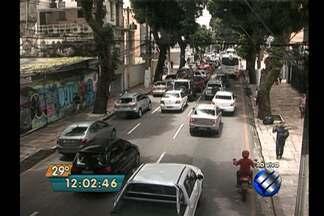 Trabalhadores terceirizados do Governo do Estado fizeram protesto na avenida Nazaré - A manifestação que interrompeu o trânsito nesta segunda (13) seria por atraso no pagamento de salários.