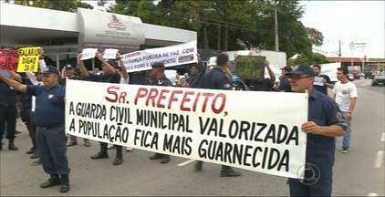 Guardas Municipais estão em greve em João Pessoa - Dezenas de guardas se reuniram na frente ao Centro Administrativo da Prefeitura da capital.