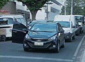 Pais de alunos estacionam irregulamente em frente a escolas de Caruaru - Quantidade de carros estacionados em fila dupla atrapalha o trânsito na cidade.