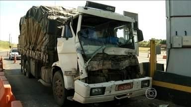 Caminhões batem em praça de pedágio entre Paraná e São Paulo - O acidente foi na praça de pedágio da BR-369, na divisa do Paraná com São Paulo. Um motorista freou quando viu que a cancela automática não abriu para o caminhão que estava na frente. O outro que vinha atrás dele não conseguiu parar.