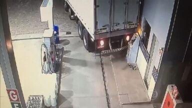 Criminosos usam caminhão para tentar arrombar cofre em posto de combustível, em Betim - Ladrões deram ré com o veículo em cima do cofre, mas não conseguiram danificá-lo e roubar o dinheiro.