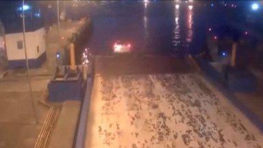 Imagens de câmeras de segurança mostram momento de queda de carro no mar em Santos - O acidente aconteceu no dia 6 de abril. O carro despencou no mar na plataforma de acesso para a balsa do Guarujá. O motorista não esperou a liberação para o embarque e acelerou o carro em direção à balsa, que não estava ali. O motorista disse que se confundiu com os pedais do carro.