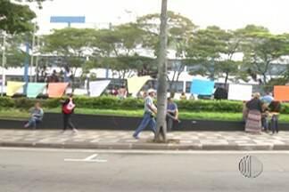 Servidores públicos de Mogi das Cruzes fazem passeata nesta terça-feira (14) - A paralisação começou nesta segunda-feira (13).