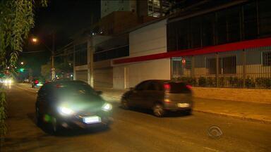 Policial reage a tentativa de assalto e mata suspeito em Porto Alegre - Tiroteio ocorreu na Rua Múcio Teixeira, no bairro Menino Deus.