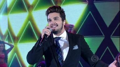 Luan Santana canta 'Te esperando' em versão acústica - Plateia faz coro para hit