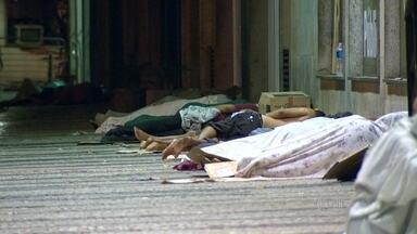 Cerca de 5,5 mil pessoas vivem nas ruas do Rio, segundo a Prefeitura - A grande quantidade de pessoas que vivem nas ruas da cidade chama a atenção. Abrigados pelas marquises, eles dormem em calçadas.