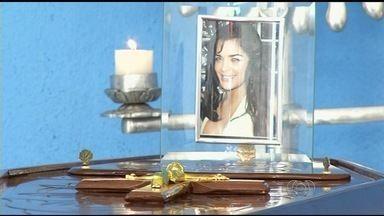Corpo de dançarina de funk morta no RJ é velado em Anápolis, GO - O corpo da dançarina de funk Amanda Bueno, de 29 anos, está sendo velado na manhã deste domingo (19), em uma funerária de Anápolis, a 55 km de Goiânia, onde a família dela mora.