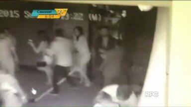 Imagens mostram PM atirando contra jovem em casa noturna de Curitiba - Suspeito, que responde em liberdade, ainda chuta a vítima após atirar.