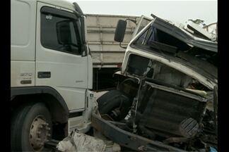 Acidente deixa uma pessoa morta e duas feridas na Belém-Brasília - Condutor da carreta morreu; cobrador e motorista do ônibus estão internados.