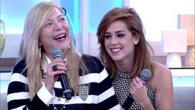 Mãe de Sophia Abrahão faz surpresa para a filha no palco - Atriz saiu de casa aos 16 anos e conta a relação que tem com a mãe