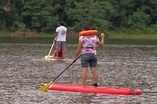 Moradores de Mogi praticam stand up paddle no Parque Centenário - Quem quiser praticar o esporte pode se inscrever no telefone 4726-3214.
