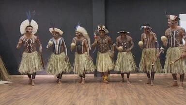 Se a criança não vai à aldeia... a aldeia vem até a criança - Em comemoração ao dia do índio, uma escola fez uma programação diferente: a direção trouxe uma tribo de Alagoas para ensinar cultura aos alunos. Kelly Maria foi pegar uma carona nessa aula.