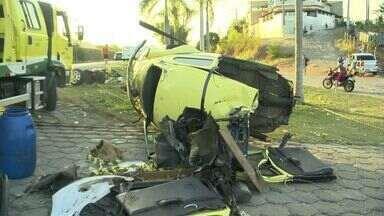 Carro é partido ao meio e motorista morre em acidente no ES - Segundo a Eco 101, o veículo rodou na pista e bateu em um poste.