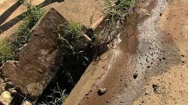 Moradores reclamam de falta de manutenção em bocas de lobo em Goiânia - Situação fica complicada em dias de chuva, quando a água não tem para onde escoar.