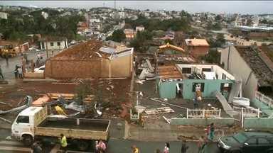 Temporal mata duas pessoas e arrasa a cidade de Xanxerê (SC) - Duas pessoas morreram durante um temporal que arrasou a cidade Xanxerê, no oeste de Santa Catarina. A chuva deixou mais de mil desabrigados e botou abaixo um ginásio. Milhares de famílias passaram a noite no escuro.