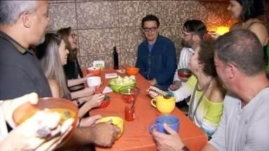 Amigos entram na campanha #AfinaRocha - Grandes companheiros de Fernando Rocha toparam um jantar típico da dieta, com caldo de legumes, salada, coxinha de frango e purê. A gelatina diet de sobremesa foi a estrela da noite.