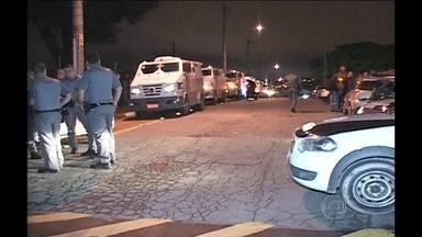 Bandidos roubam quase R$7 milhões de transportadora de valores em São Paulo - Na fuga, houve intenso tiroteio entre os criminosos e os vigias da empresa. A polícia suspeita que algum funcionário ou ex-funcionário tenha participado da ação.