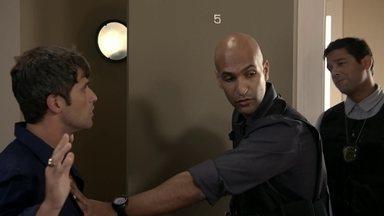 Babilônia - Capítulo de segunda-feira, dia 27/04/2015, na íntegra - Paula chama a polícia e Murilo é levado para a delegacia